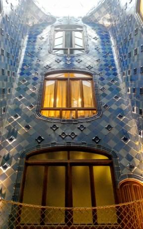 El pati interior evoca les aigües del Mediterrani.