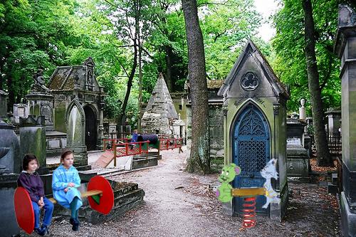 Aménagement d'un cimetière avec jeux d'enfants.