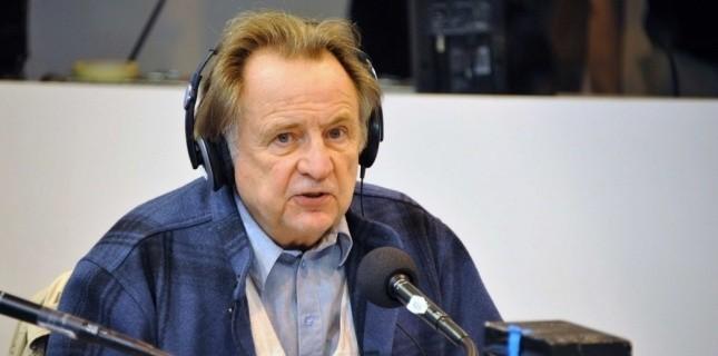 Régis Debray au micro de Radio France, lors de l'inauguration du 31e Salon du Livre de Paris en 2011. (©Urman Lionel / Sipa)