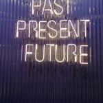 Neonschild Möbelmesse Past Present Future