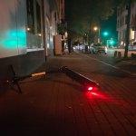 e-scooter auf dem Bürgersteig liegend