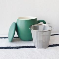 Groene theemok met theefilter en deksel