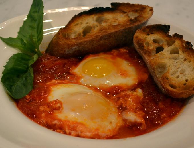 Uovo al Pomodoro - Eggs in Tomato Sauce | labellasorella.com