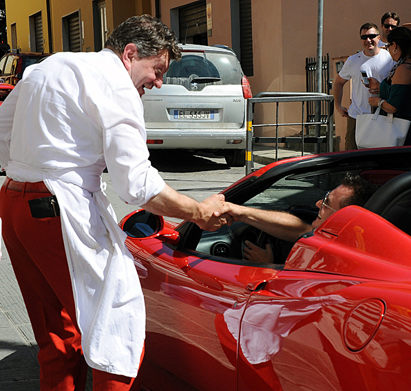 Dario Cecchini chatting with the one of the Sunday Ferrari drivers | labellasorella.com