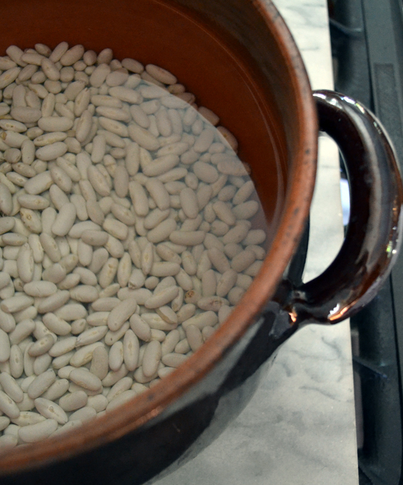 Soaking the cannelloni beans for Tuscan Style Beans | labellasorella.com