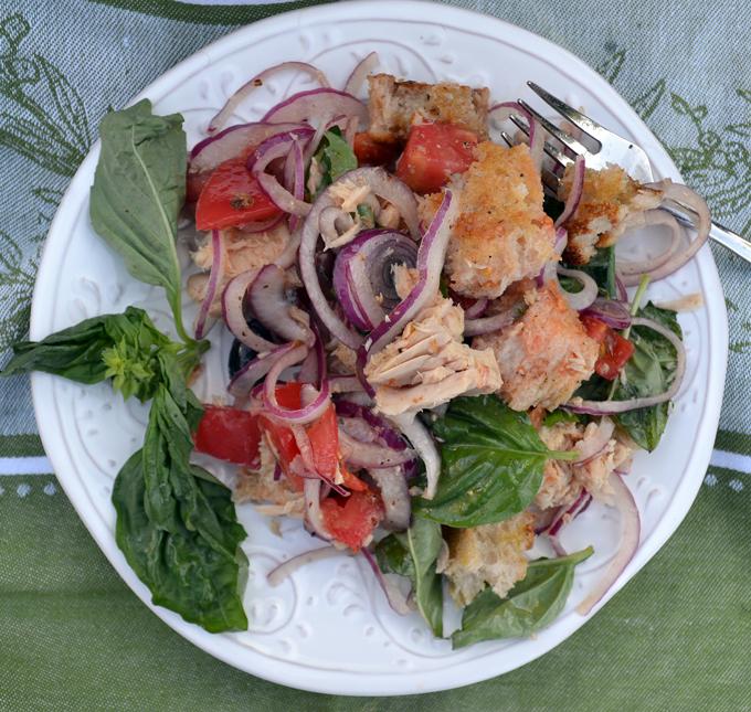 Traditional Panzanella with the addition of Italian Tuna | labellasorella.com