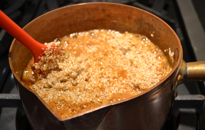 Adding the sesame seeds and flavoring elements to the caramel | labellasorella.com