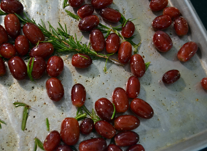 Red grapes seasoned and ready to roast   labellasorella.com
