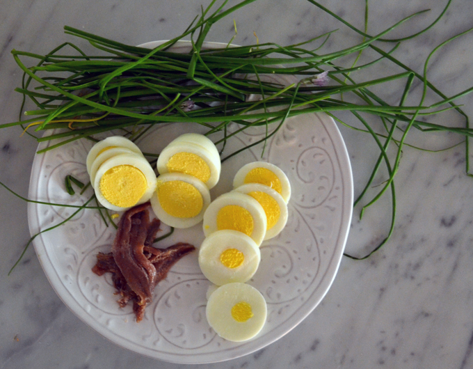 Perfectly cooked and sliced egg, anchovies, and chives | labellasorella.com