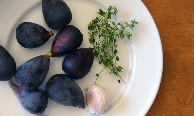 Mission figs, fresh thyme, and garlic | labellasorella.com