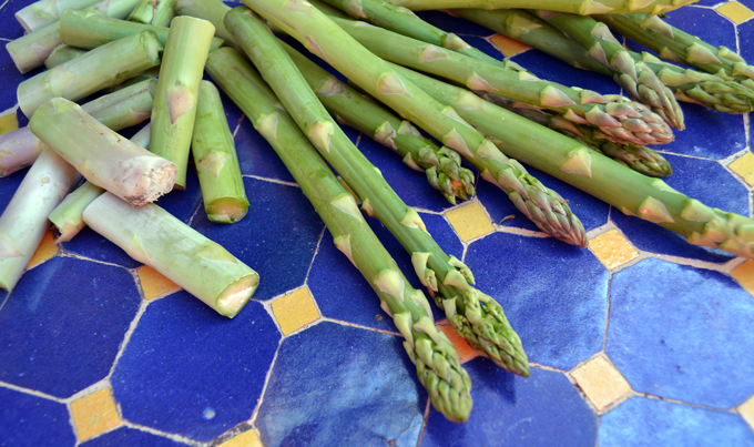 Fresh Asparagus ready for shaving | labellasorella.com