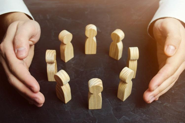 As lideranças precisam investigar e reconhecer suas próprias vulnerabilidades, revendo constantemente seu papel e o impacto das suas atitudes e decisões