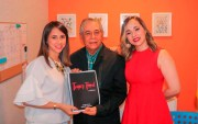 Roberto Salcedo junto a sus dos hijas