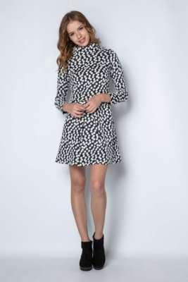 Vestido de cuello vuelto recto con tabla en la falda y manga larga.