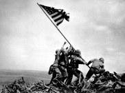 Raising the Flag on Iwo Jima (février 1945)