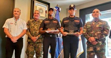 Ministro  Obras Públicas entrega bonos por cien mil pesos a dos soldados evitaron mujer se suicidara
