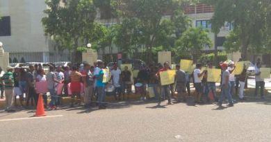 Decenas de ciudadanos se pronuncian frente al Congreso Nacional contra reforma constitucional