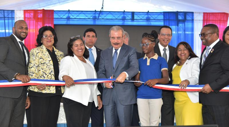 Presidente Medina entrega centro educativo en Santo Domingo Norte