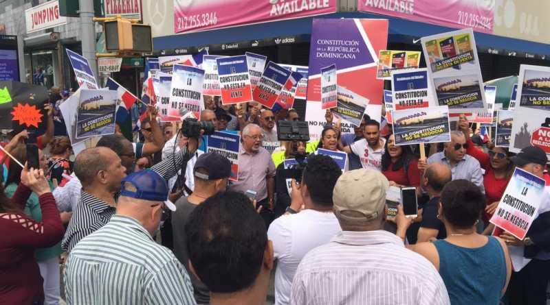 Decenas de dominicanos hacen parada cívica en NY pidiendo respeto para la Constitución