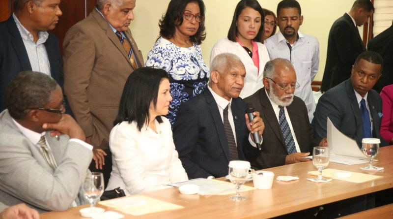 Diputados reciben documento de UASD y CMD sobre examen único de residencias médicas