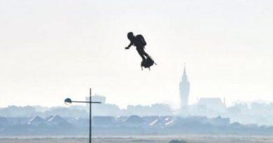 Inventor francés logra cruzar Canal de la Mancha en plataforma volante unipersonal