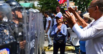 Policía impide con gases lacrimógenos paso de marcha opositora en Venezuela