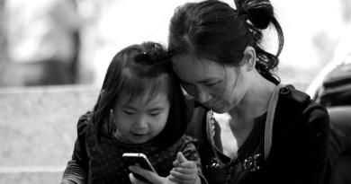 Niña de 2 años queda medio ciega tras exponerse durante un año a  pantalla de celular