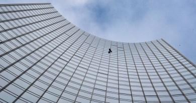 """Detienen a """"Spiderman"""" francés tras trepar por fachada de rascacielos en Fráncfort"""