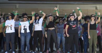 """Mujeres protestan frente a la PGR con coreografía """"Un violador en tu camino"""""""
