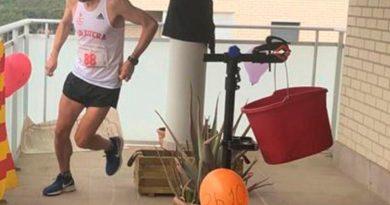Pareja de atletas corre un maratón en su terraza de Dubái para dar ejemplo