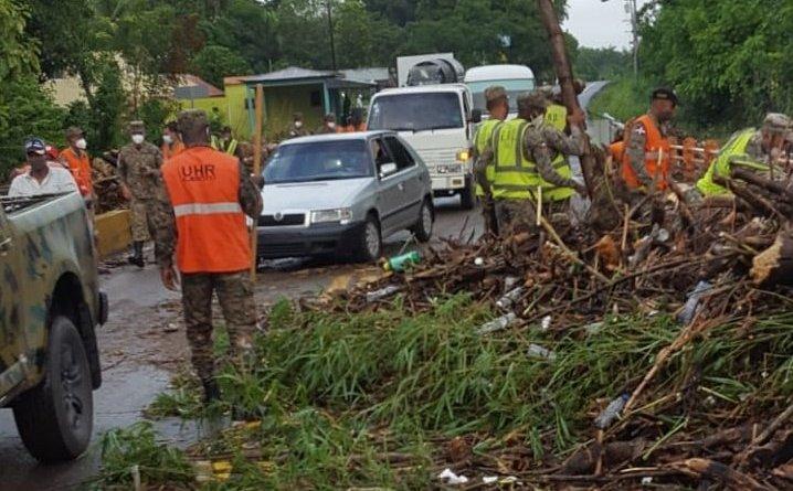 Con disminución de lluvias avanza remoción de escombros y árboles lanzados por Isaías