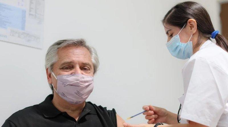 Presidente de Argentina recibe primera dosis de vacuna rusa