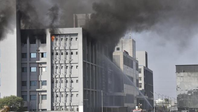 Al menos 5 muertos en incendio en la mayor fábrica de vacunas del mundo, que plot para Oxford y AstraZeneca