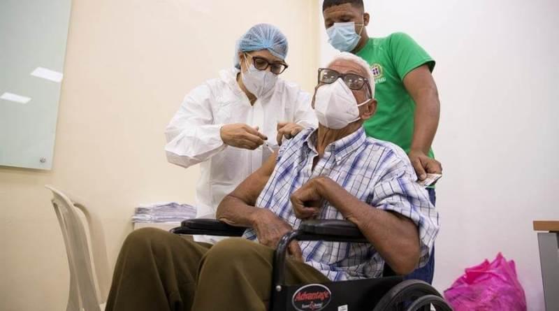 La vacunación sigue este Viernes Santo pero con menos afluencia de personas