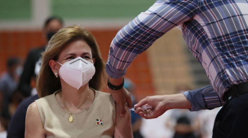 Raquel Peña recibe su primera dosis de la vacuna contra el covid-19