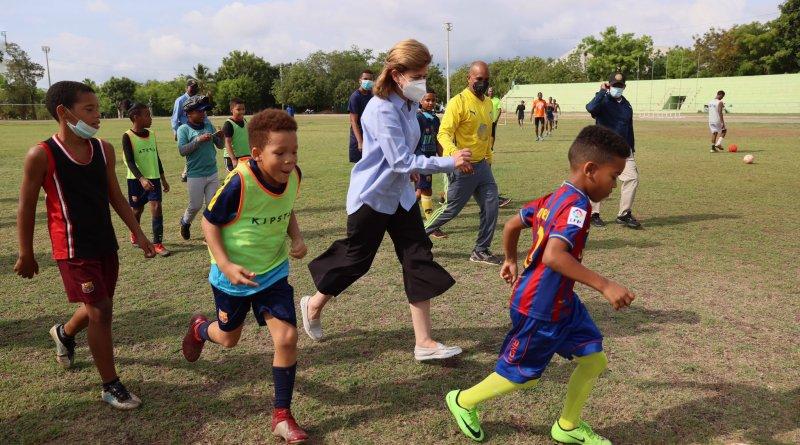 Vicepresidenta juega fútbol con niños en San Juan y promete remozamiento de estadio