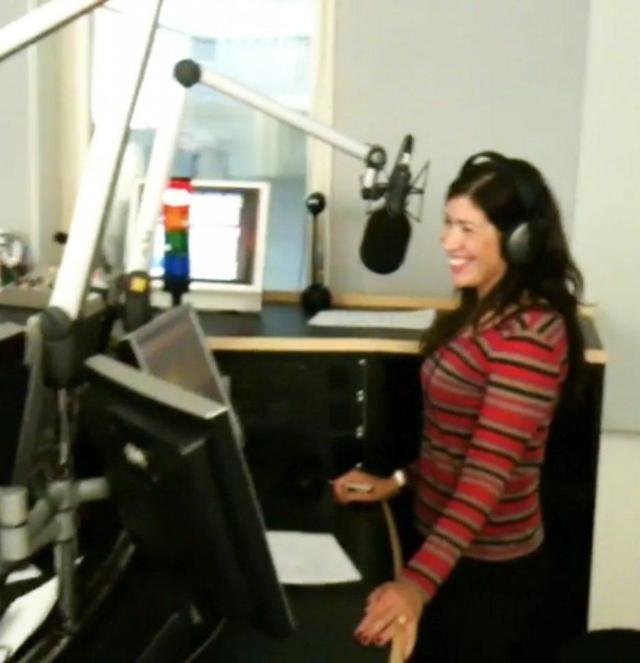 Marion Gredig im Radio 24 Studio am Mikrofon