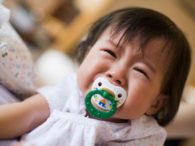 niña llorando chupete