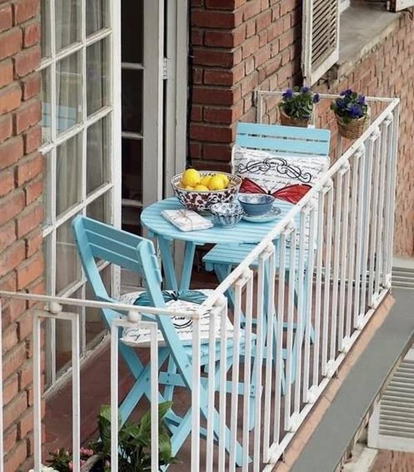 balcón pequeño con sillas y mesa