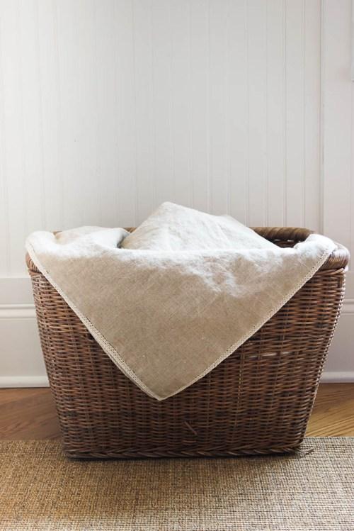 cesta con manta de lino
