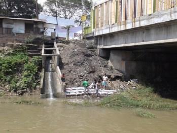 Kondisi di bawah jembatan setelah ada pemasangan perundakan dan benteng.