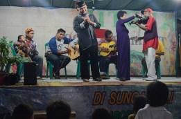 Sebagian tokoh masyarakat memberikan sambutan di atas panggung.