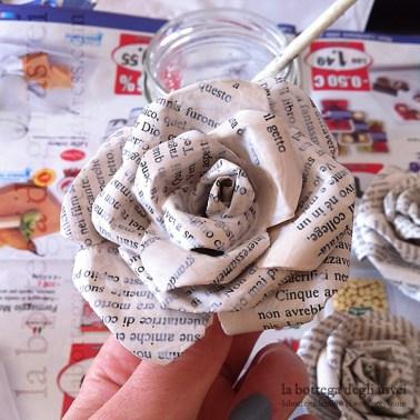 Riuso creativo di vecchi libri: rose in carta, fase di fissaggio e verniciatura