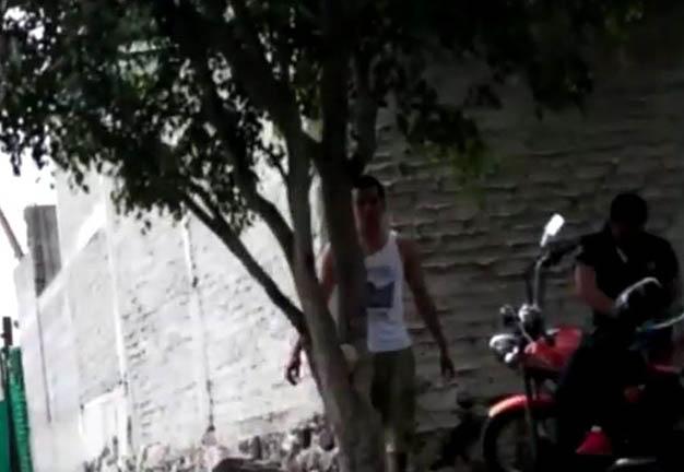 004-motociclista a la entrada del predio