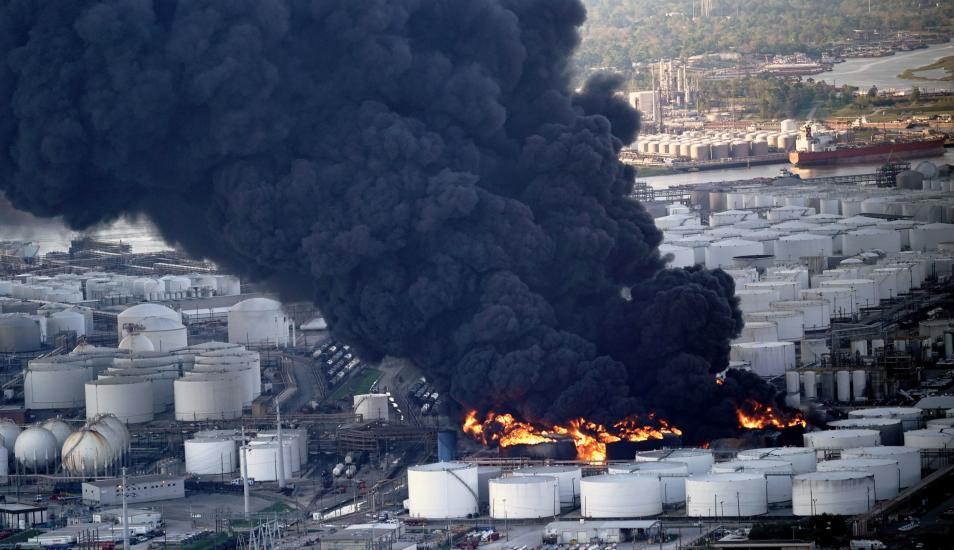 Arde por Más de 24 Horas Planta Petroquímica en Houston