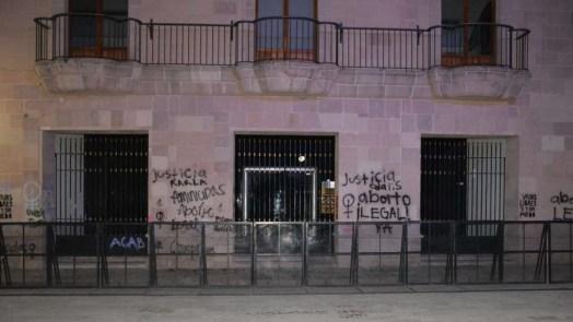 Protesta de mujeres-grafitean fachada Congreso del Estado-0