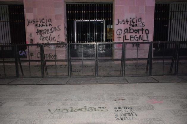 Protesta de mujeres-grafitean fachada Congreso del Estado-6
