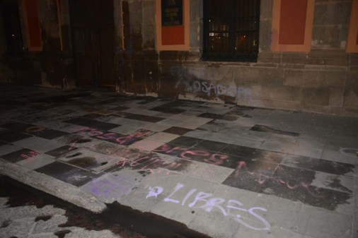 Protesta de mujeres-grafitean fachada UASLP-4