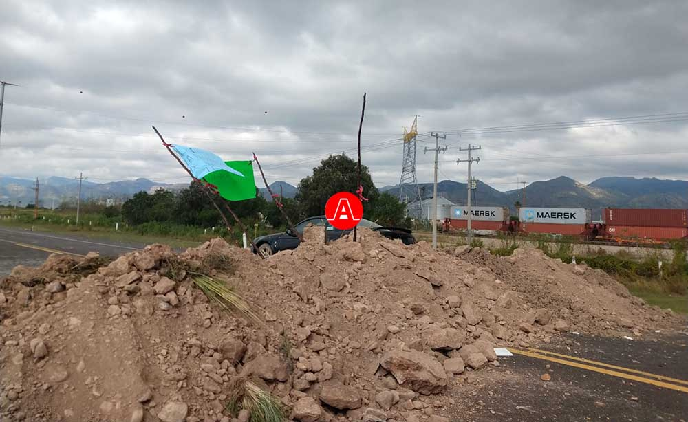 bloqueada la autopista por representantes de siete ejidos