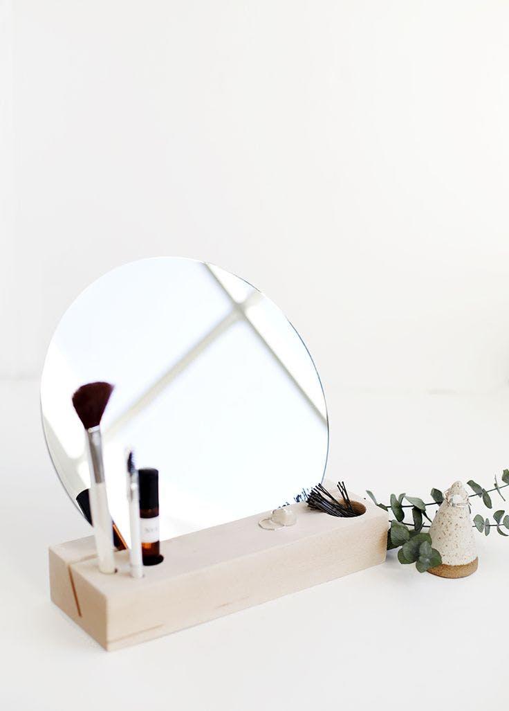 7 - 7 ideas DIY modenas y minimalistas - Espejo soporte para maquillaje